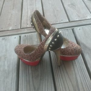 Size 8m by guess heels